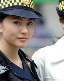 タイの女性警察官が勤務中に美声を披露して話題に