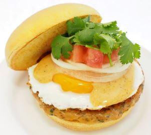 今年も季節限定で「ガパオバーガー」「タイ風春雨サラダ」を発売するフレッシュネスバーガーの「タイフードフェア」は15日から開催